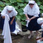 Zvyky a tradície pri praní na potoku v podaní Folklórnej skupiny Makovanka z Makova