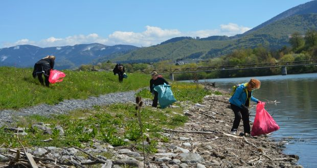 , Okolie Vodného diela zaplavili dobrovoľníci