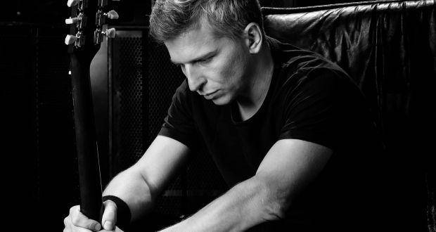 """, Zimomriavky, nahota a odvážne dotyky: Najsexi slovenský rocker predstavuje videoklip """"VLASTNÁ VIERA"""""""