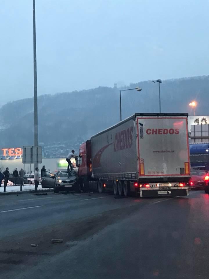 , V Žiline došlo k hrozivej nehode. Kamión vrazil do áut stojacich na červenú