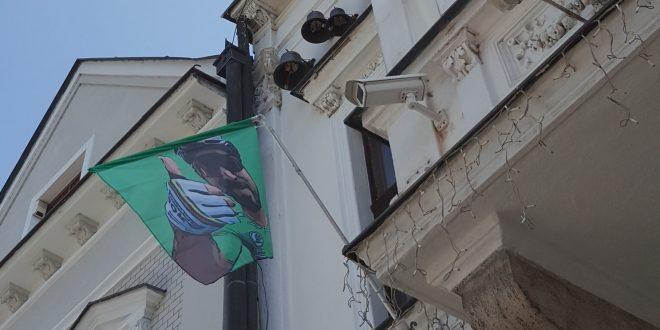 , Saganovi fandila celá Žilina. Na radnici viala zelená vlajka sjeho podobizňou
