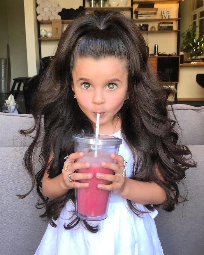 , 5-ročné dievčatko ohuruje svojimi vlasmi. Niektorí ľudia sú pobúrení