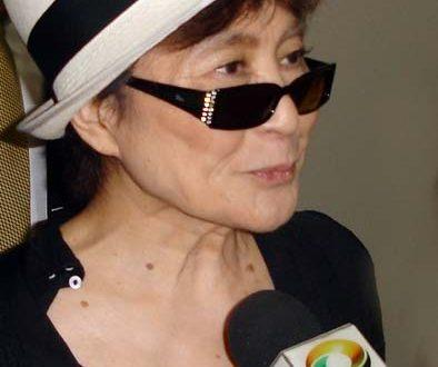 , Yoko Ono spieva Imagine Johna Lennona. Skladba vyvolala aj mnohé rozpaky