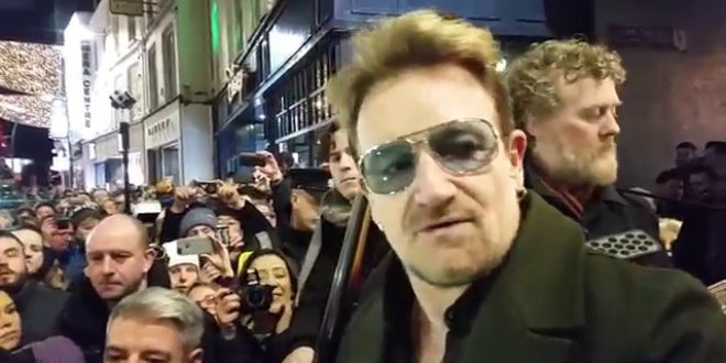 , U2 ako pouliční hudobníci. Členovia kapely zahrali na charitatívnej akcii