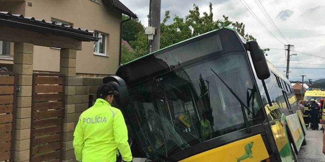 , Pri nehode autobusu MHD v Žiline sa zranilo 25 ľudí