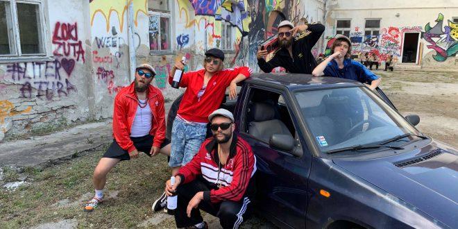 , Kapelu Smola a Hrušky vytočila v novom singli Vývrtka. Chalani si nacvičili aj tanečnú choreografiu