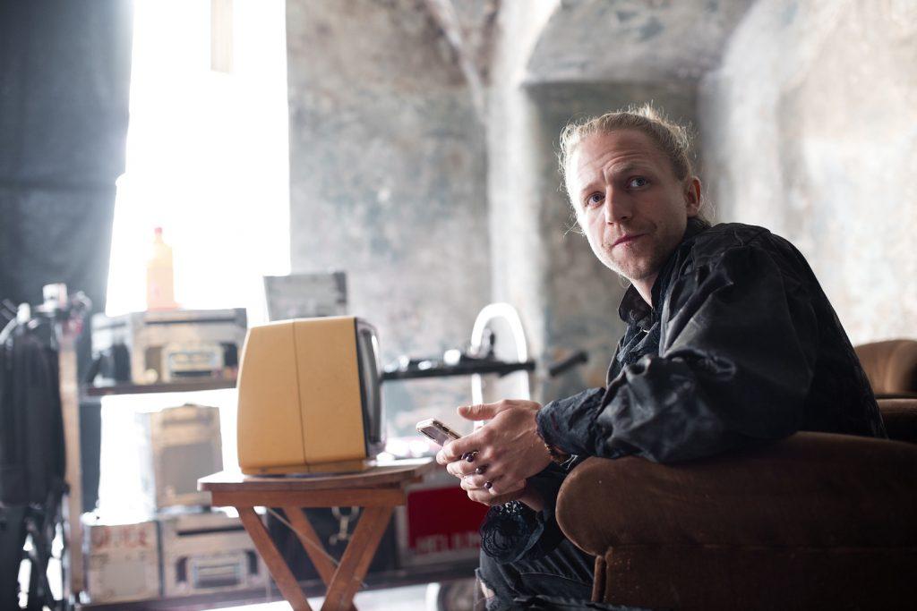 , Tomáš Klus predstavuje singel Chátrám. Sú vám povedomé tieto momenty novodobej českej histórie?