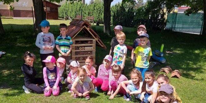 , Na dvore Materskej školy Palučanská v Liptovskom Mikuláši postavili hmyzí hotel
