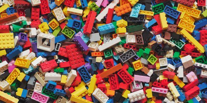 """LEGO, LEGO – Inšpirujúci príbeh """"obyčajnej"""" hračky"""