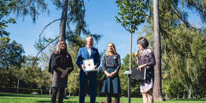 , V Žiline si uctili pamiatku obetí pandémie, v mestskom parku vysadili výnimočnú lipu